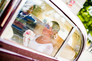 Photo Bride in the car in front of church